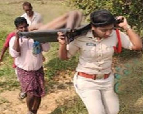 Srikakulam: Lady SI Carries Dead Body Of Homeless Man After Villagers Refuse To Help - Sakshi Post