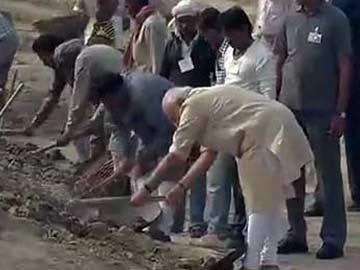 PM Modi takes up cleanliness campaign in Varanasi ghats - Sakshi Post