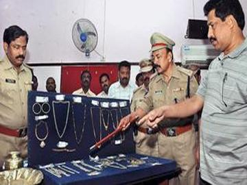 Labourers by the day and robbers by night caught - Sakshi Post
