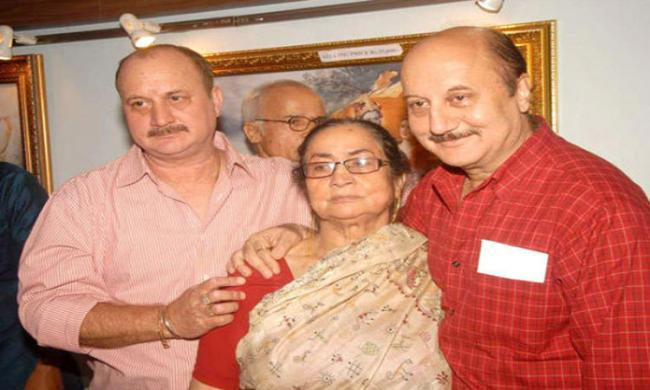 Anupam Kher(red) with her mother and brother Raju Kher - Sakshi Post