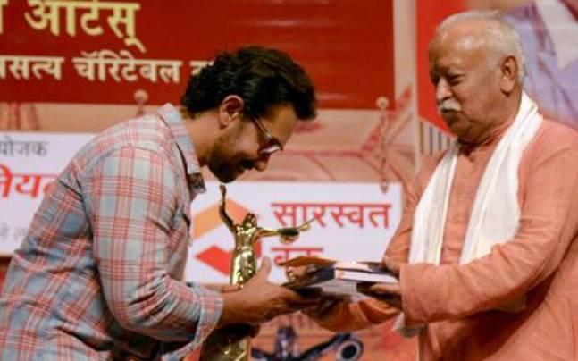 RSS chief gives away award to Aamir Khan - Sakshi Post
