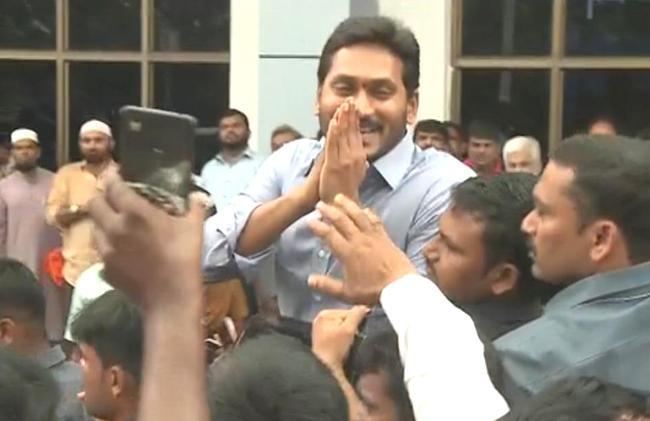 YSRCP cadres receive the party president YS Jagan Mohan Reddy in Kadapa on Sunday - Sakshi Post