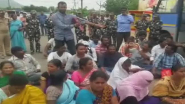 Protesting SPF constables and their families near AP CM residence - Sakshi Post