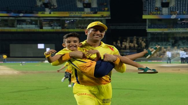 Mahendra Singh Dhoni  is playing with Imran Tahir's son - Sakshi Post