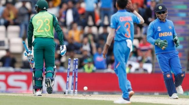 """The """"Balidaan Badge"""" or the Army insignia was spotted on Dhoni's gloves as television replays showed him stumping Phehlukwayo - Sakshi Post"""
