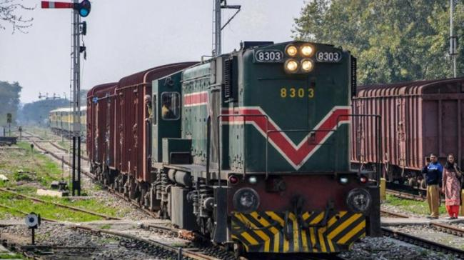 Indian crew members and guard escorted the Samjhauta Express from Wagah border to Attari after Pakistan authorities stopped the train - Sakshi Post