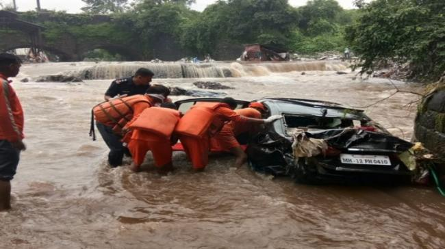 Corpse being recovered from a vehicle in a canal near Sinhagad road in Pune (Pic courtesy: ANI) - Sakshi Post