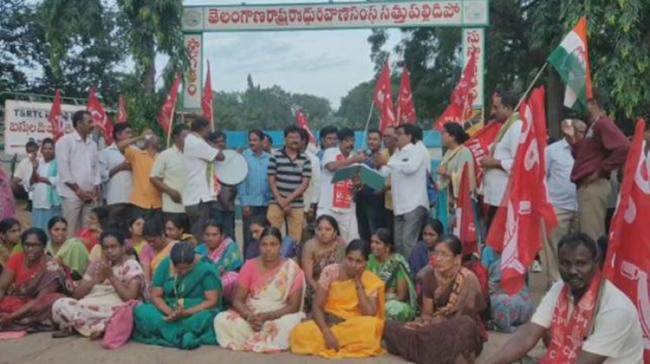 RTC employees are protesting infront of Sathupallu Bus depot in Khamman district - Sakshi Post