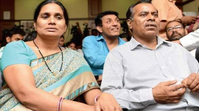 Nirbhaya's mother and father - Sakshi Post