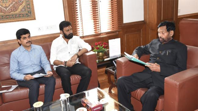 Andhra Pradesh Minister of State for Civil Affairs Kodali Nani and Civil Supplies Commissioner Kona Shashidhar with Union Minister Ram Vilas Paswan - Sakshi Post