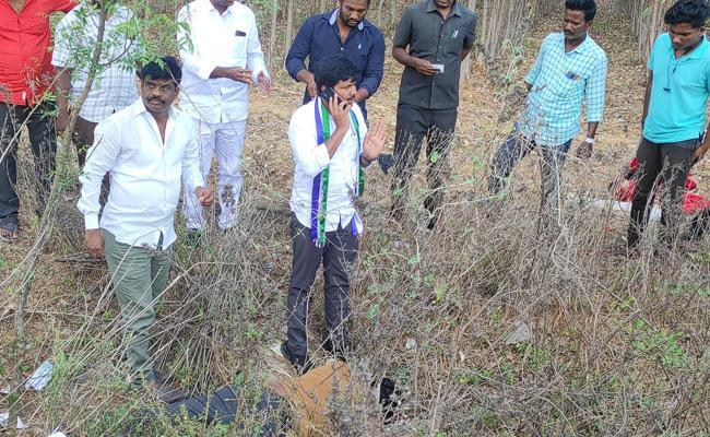 YSRCP Tirupati MP Candidate Dr Gurumurthy Turns Good Samaritan Again, Helps Accident Victims Near Yerpedu - Sakshi Post